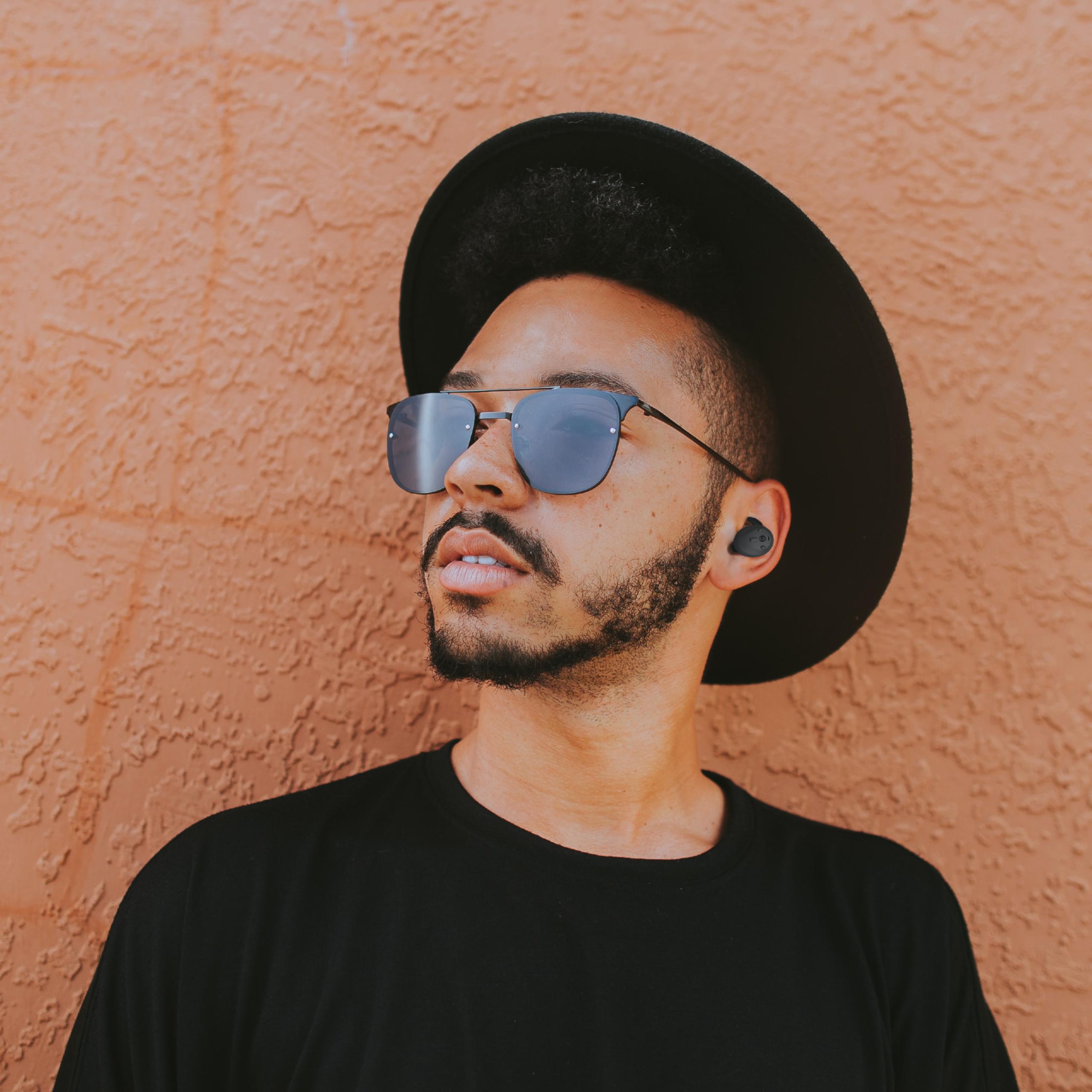 zij-aanzicht-draadloze-muziek-oordoppen-zwart