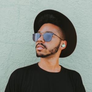 zij-aanzicht-draadloze-muziek-oordoppen-mint