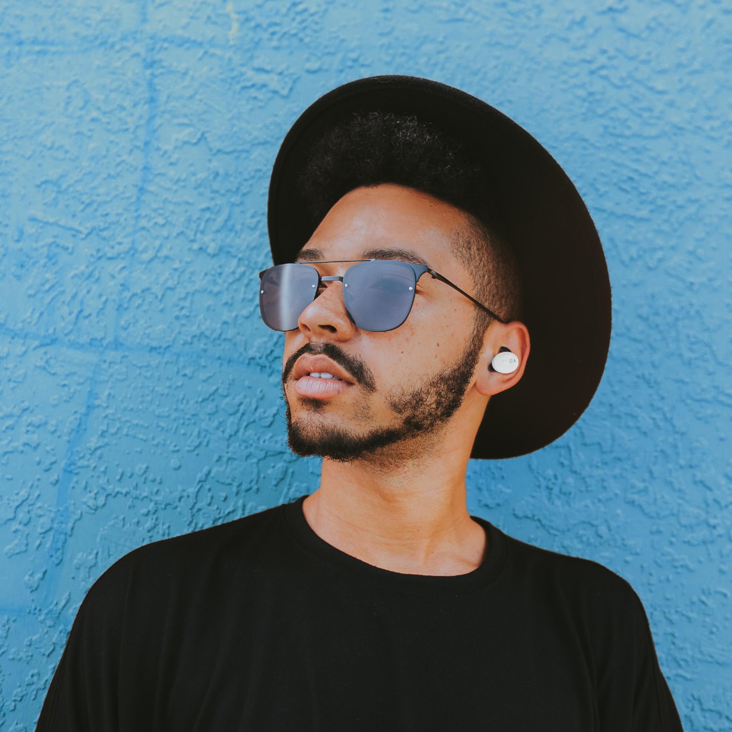 zij-aanzicht-draadloze-muziek-oordoppen
